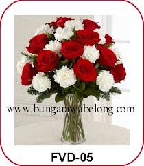 bunga valentine dalam vas tinggi