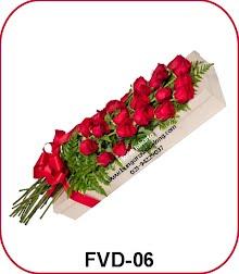 bunga mawar merah dalam kotak 20 tangkai
