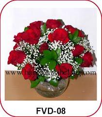 mawar merah valentine dalam vas kaca